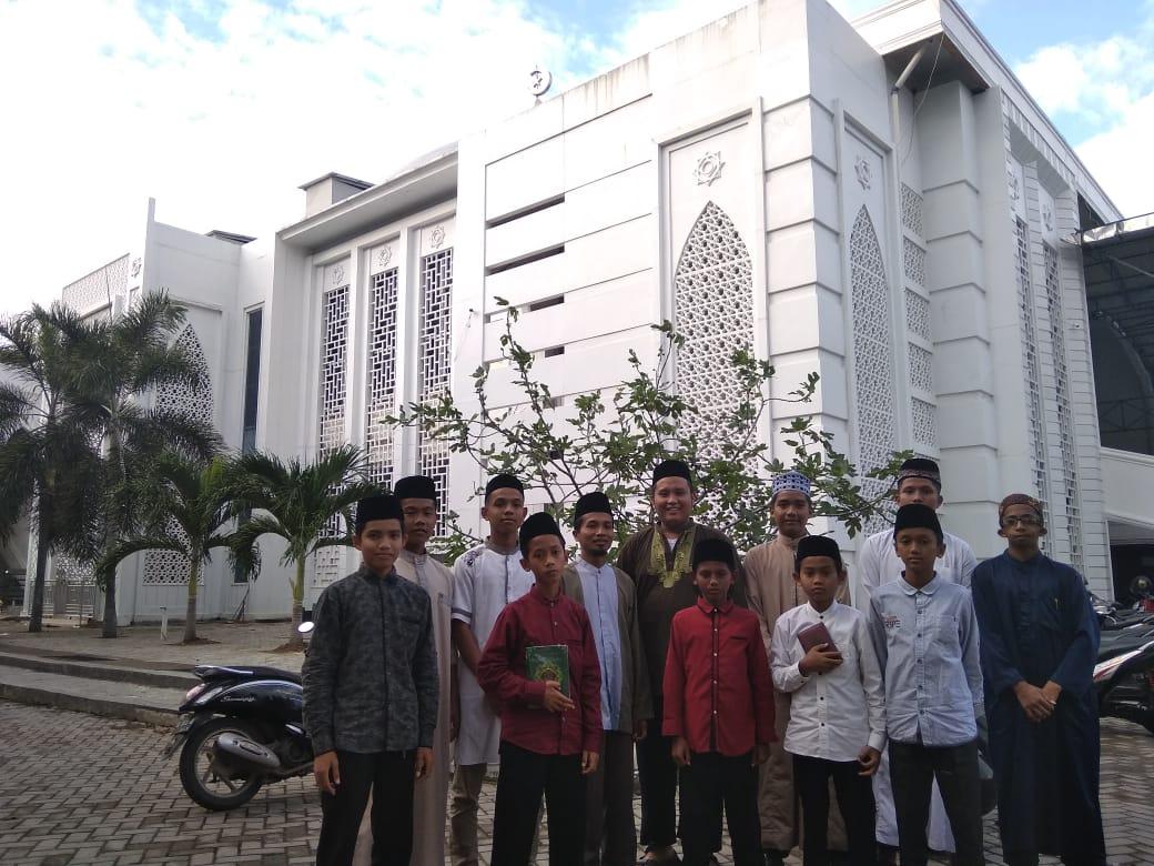 Demo Tasmi' Al Qur'an Santri Dayah Al Athiyah Seulawah di Masjid Jami' Kopelma Darussalam Banda Aceh