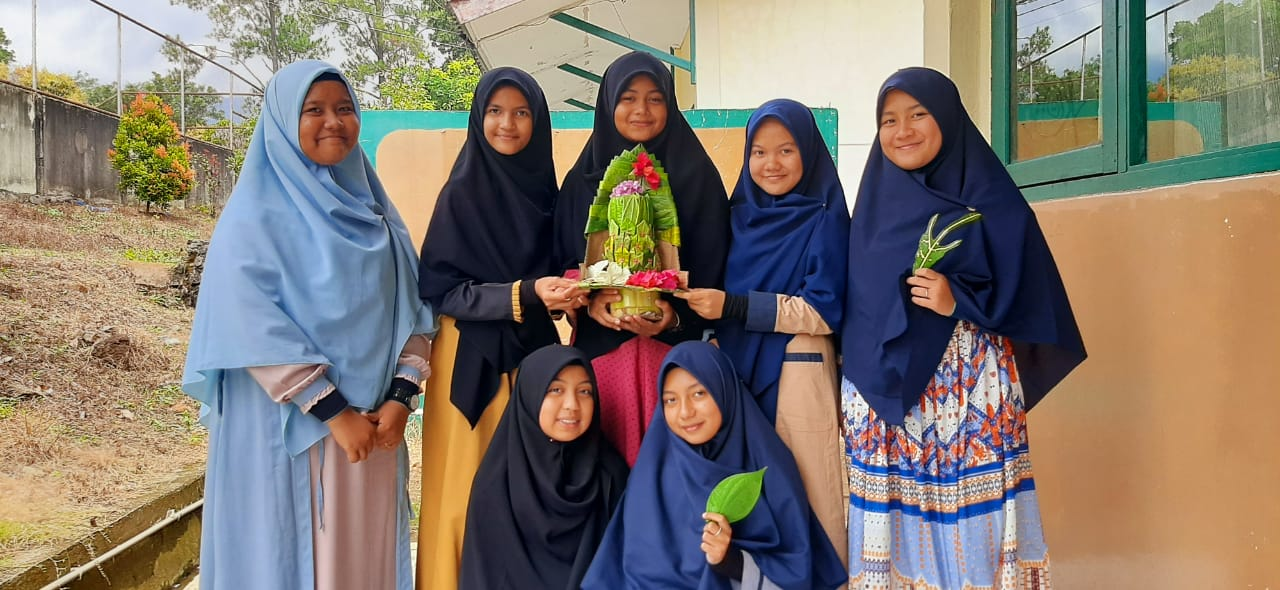 Siswa SMP Plus Al Athiyah Belajar Membuat Ranup Silaseh
